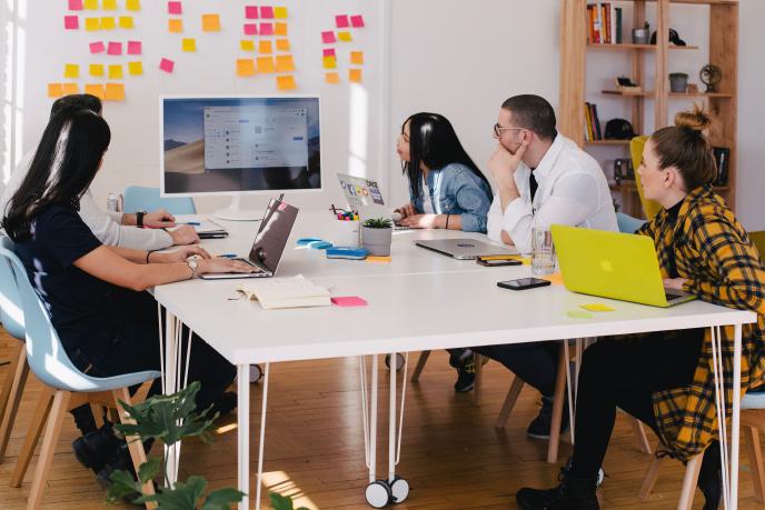 reunião de gestão de projeto com time em volta de uma mesa